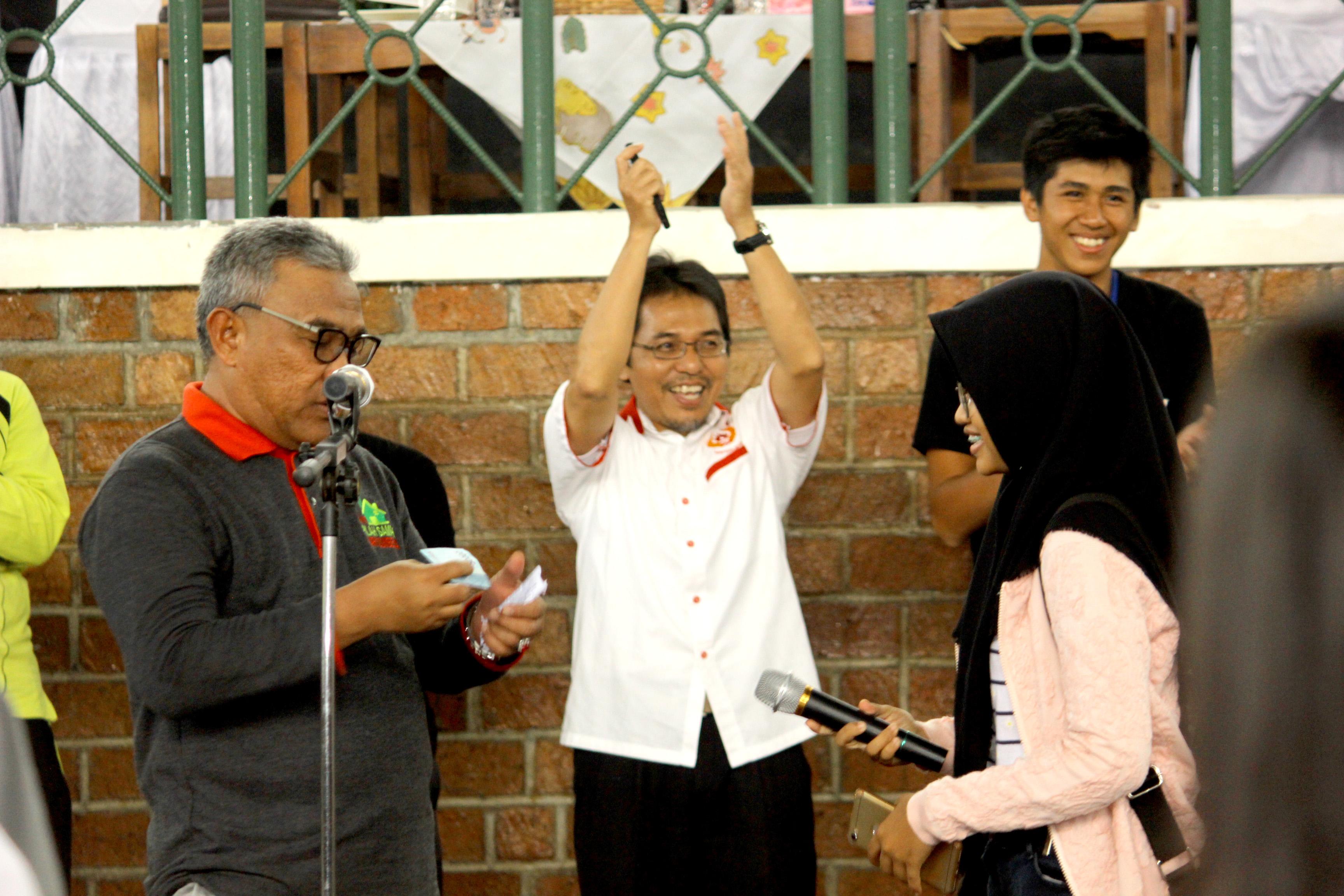 Walikota Depok memberikan hadiah kepada pelajar yang berhasil menjawab quis yang disambut meriah juga oleh ketua KONI Kota Depok Drs Amri Yusra, M.Si