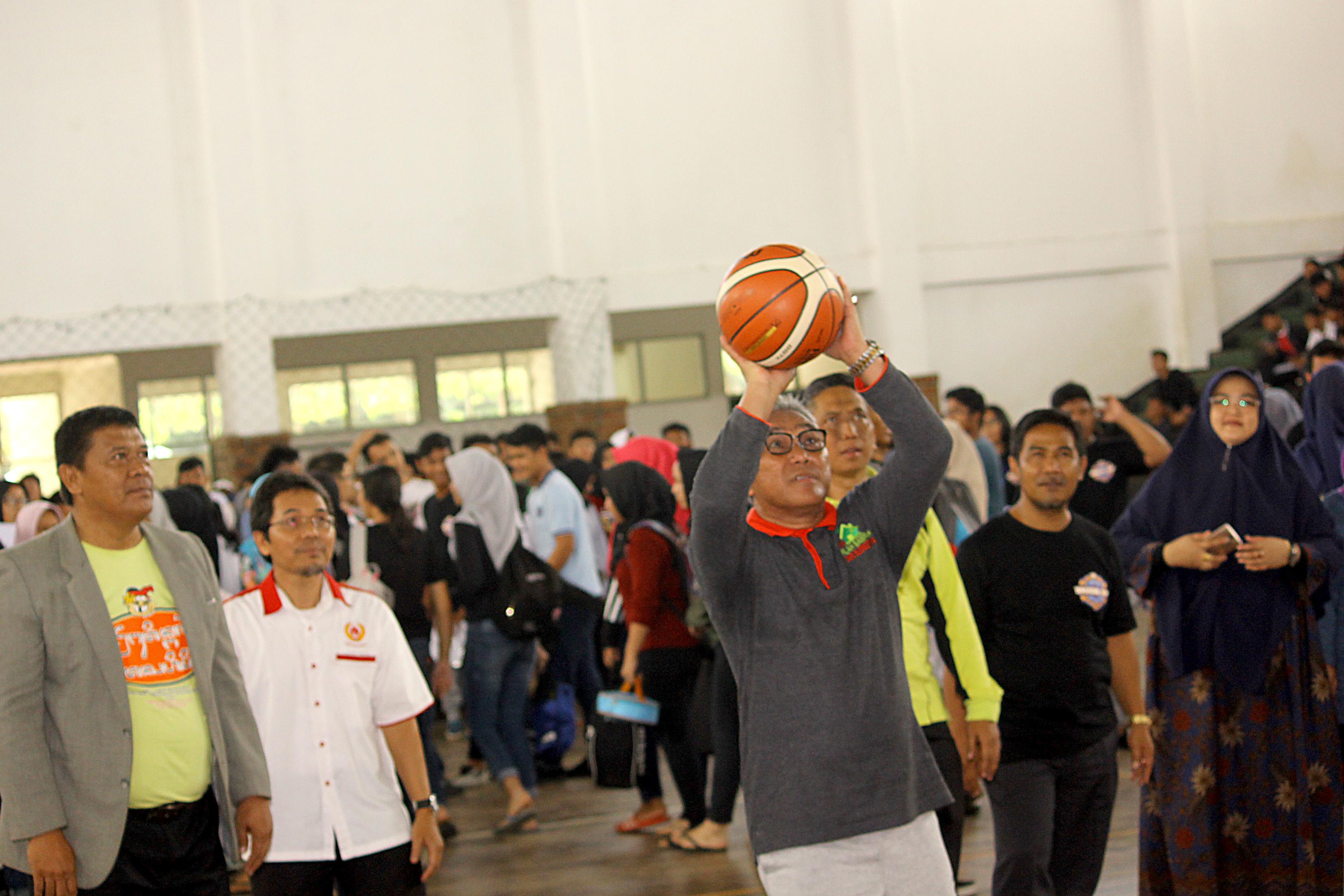 Walikota Depok Mohammad Idris secara simbolik melemparkan bola ke ring basket menandakan dimulainya kejuaraan SMADA CUP XI.