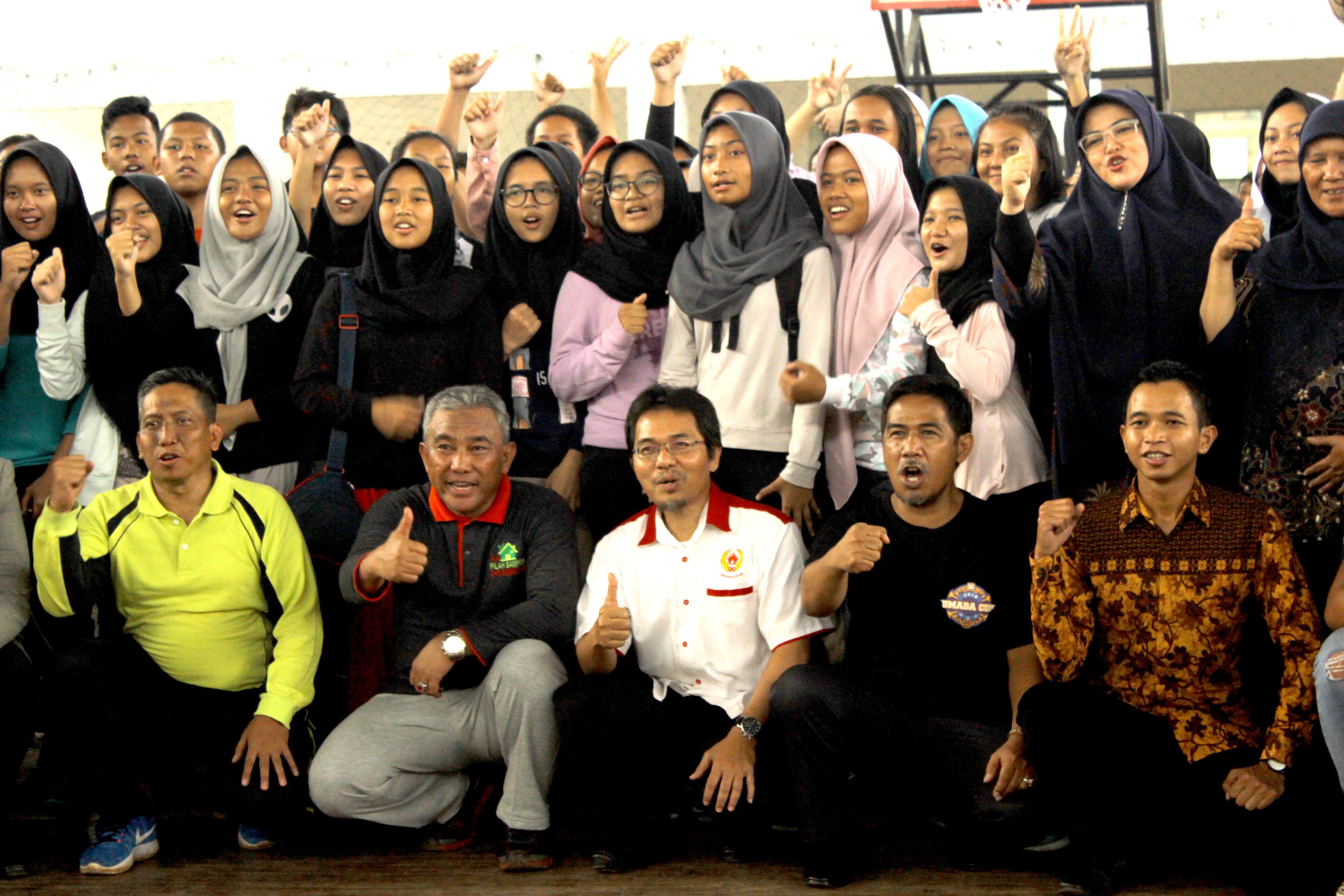 (dimulai kiri)Kadisdik, Walikota Depok,Ketua KONI dan kepala Sekolah SMAN 2 Depok yang foto bersama para peserta kejuaraan SMADA CUP XI