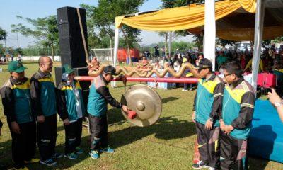 Dengan memukul Gong Walikota membuka secara resmi kegiatan O2SN tingkat Kota Depok.