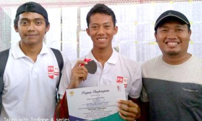Berry dengan bangga memamerkan medali yang diraih pada ajang kejurda Jabar