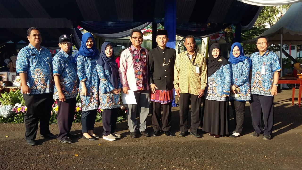 Penerima Penghargaan foto bersama Ketua PMI Kota Depok Dudi Miraz