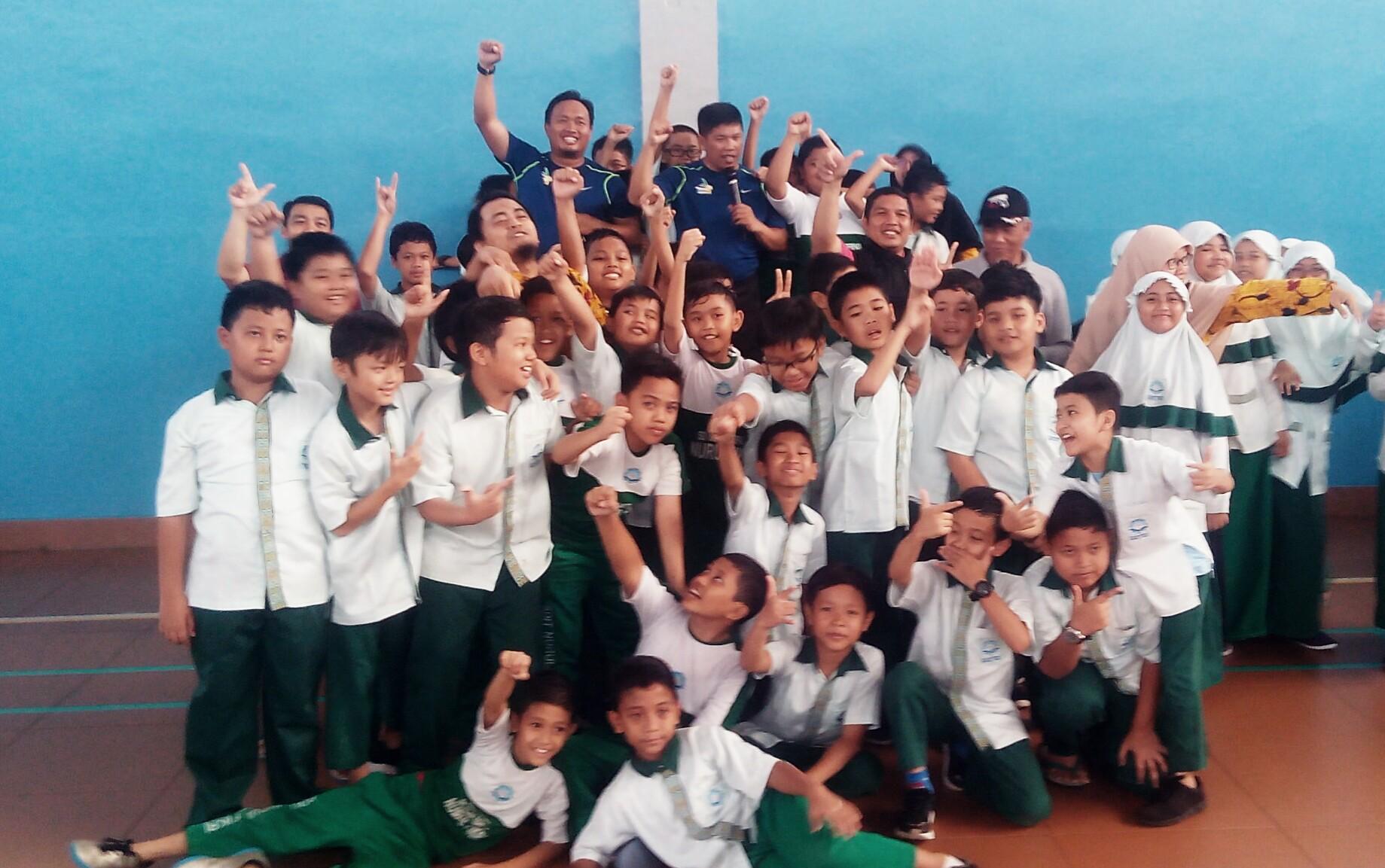 TIM Senam KIT Berfoto bersama usai melakukan Senam bersama di Aula gedung olahraga SDIT Nurul Fikri