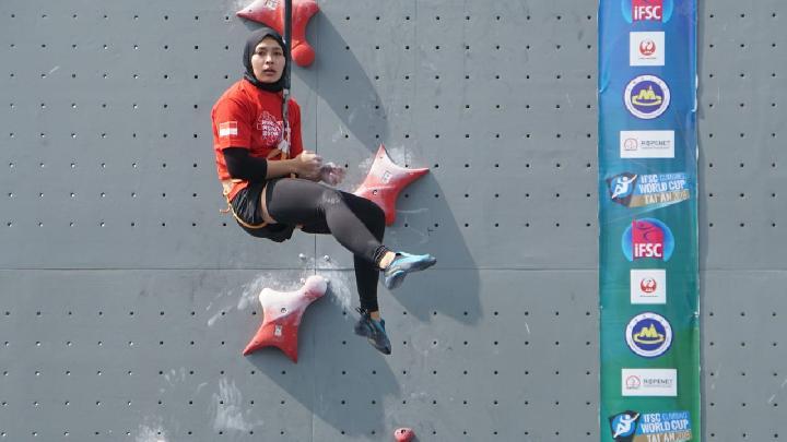 Aries Susanti Rahayu, atlet panjat tebing Indoneaia berjuluk spider woman, saat berlatih di Stadion Mandala Krida, Selasa (22/5). TEMPO/Pribadi Wicaksono
