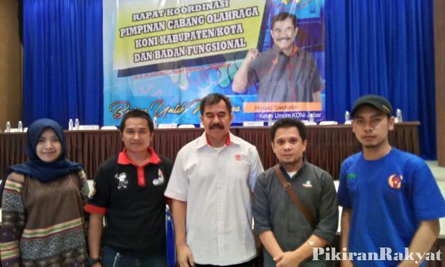 Pengurus daerah Federasi Arung Jeram Indonesia (FAJI) Jawa Barat berfoto bersama dengan Ketua Umum KONI Jabar Ahmad Saefudi di Bandung, belum lama ini.
