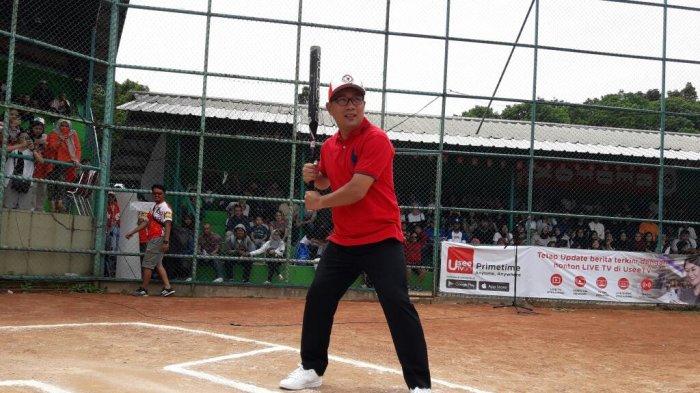 aksi-ridwan-kamil-bermain-softball-dalam-pembukaan-final-red-fox-cup-2018_20180114_141948