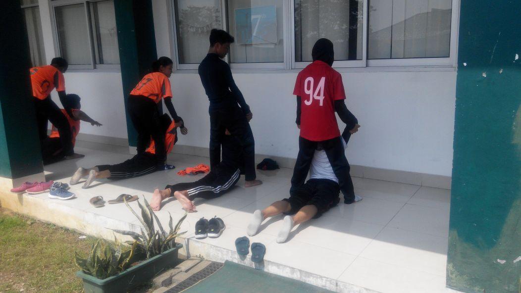 Atlet cricket melakukan pendinginan usai melaksanakan latihan bersama