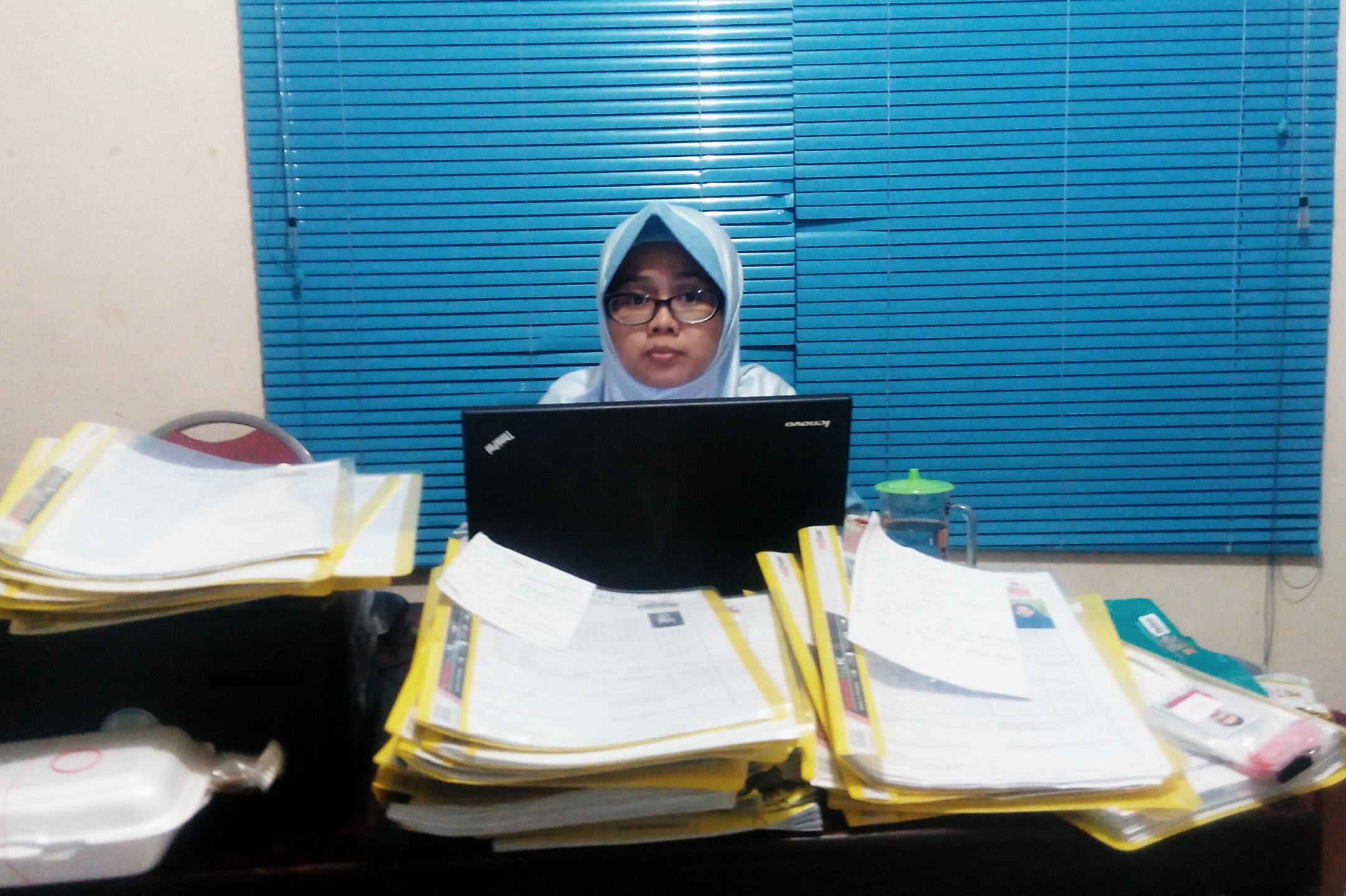 Salamah Staf Akreditasi yang harus menahan kantuk demi terdaftarnya semua peserta Porda XIII dari Kota Depok.