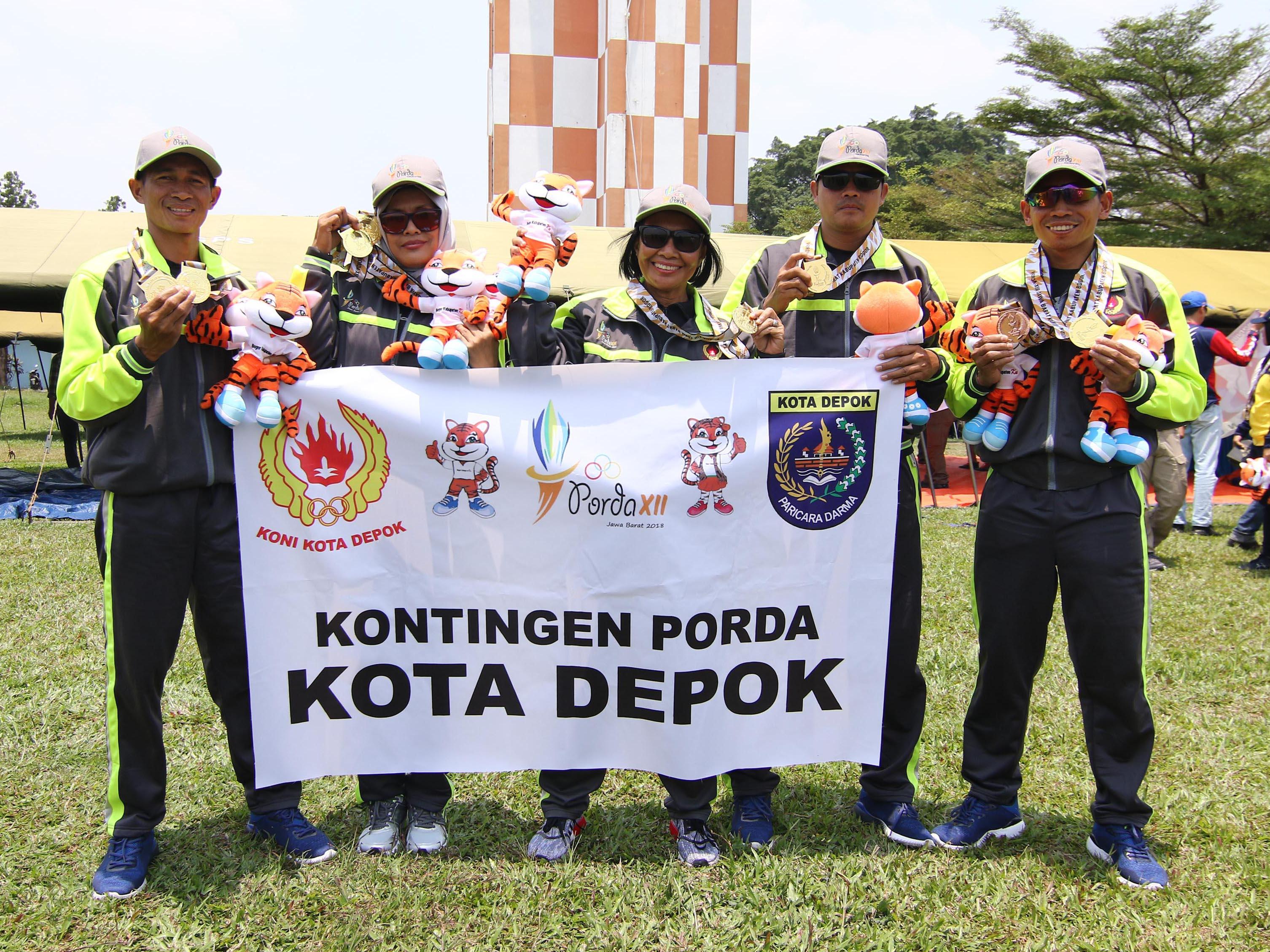 Para atlet Terjun Payung Kota Depok peraih medali, Ismail Doda (paling kanan), Pepen (kedua dari kanan), Dede (tengah), Tuti (kedua dari kiri) dan Arwis (paling kiri) berfoto bersama di Lanud. Atang Sendjaja usai penyerahan medali PORDA Jabar XIII-2018 di Lanud. Atang Sendjaja, Semplak, Bogor, Sabtu (29/9) siang.. Kota Depok berhasil meraih 4 emas di nomor Ketepatan Mendarat beregu dan perorangan putra putri dan 1 perunggu di nomor Ketepatan Medarat Perorangan Putra. KONI KOTA DEPOK/Faruqi/2018 KONI KOTA DEPOK/Faruqi/2018