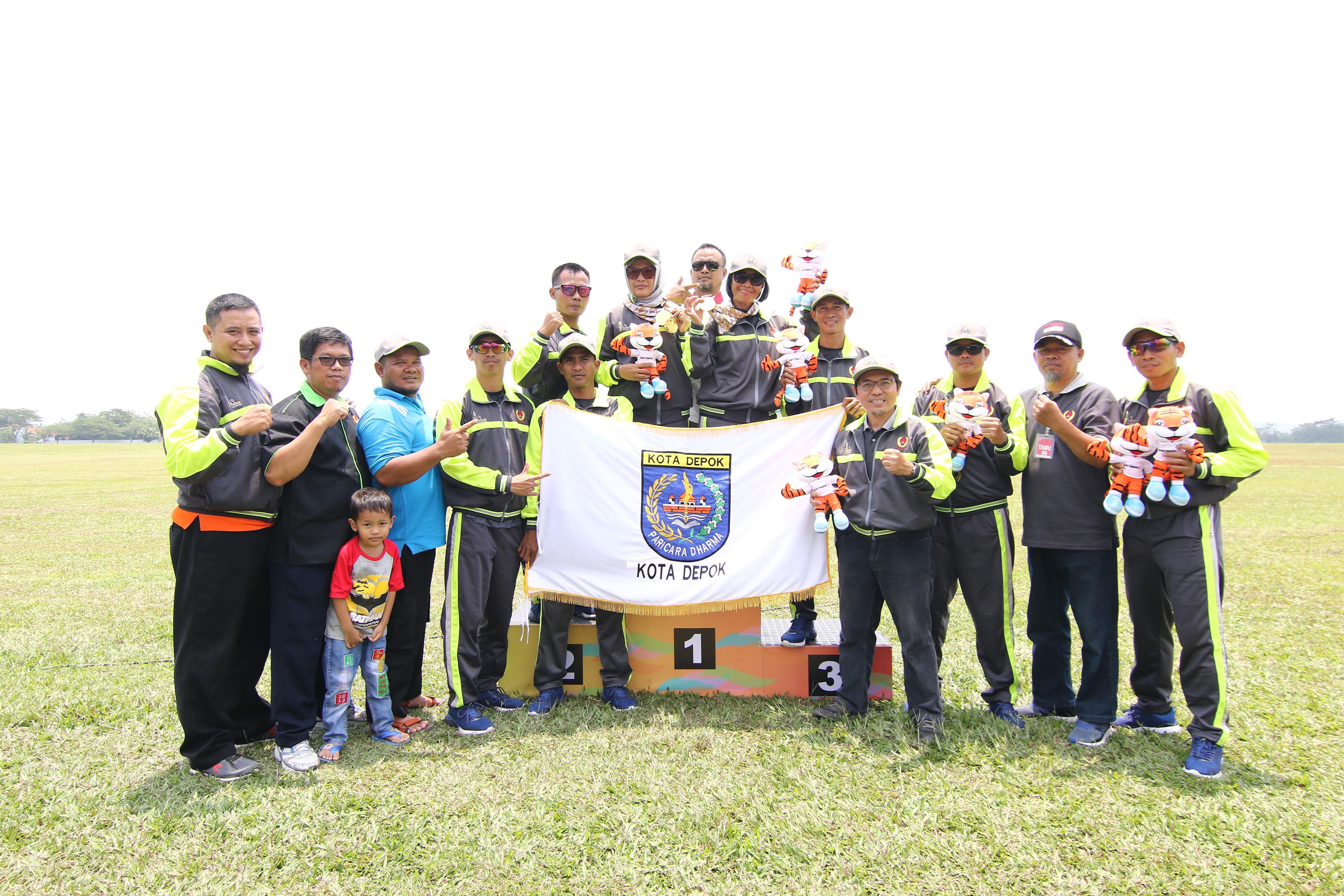Ketua Umum KONI Kota Depok, Amri Yusra (keempat dari kanan) berfoto bersama dengan official dan atlit Terjun Payung Kota Depok peraih medali emas pada ajang PORDA Jabar XIII-2018 di Lanud. Atang Sendjaja, Semplak, Bogor, usai penyerahan medali PORDA Jabar XIII-2018 pada Sabtu (29/9) siang. KONI KOTA DEPOK/Faruqi/2018