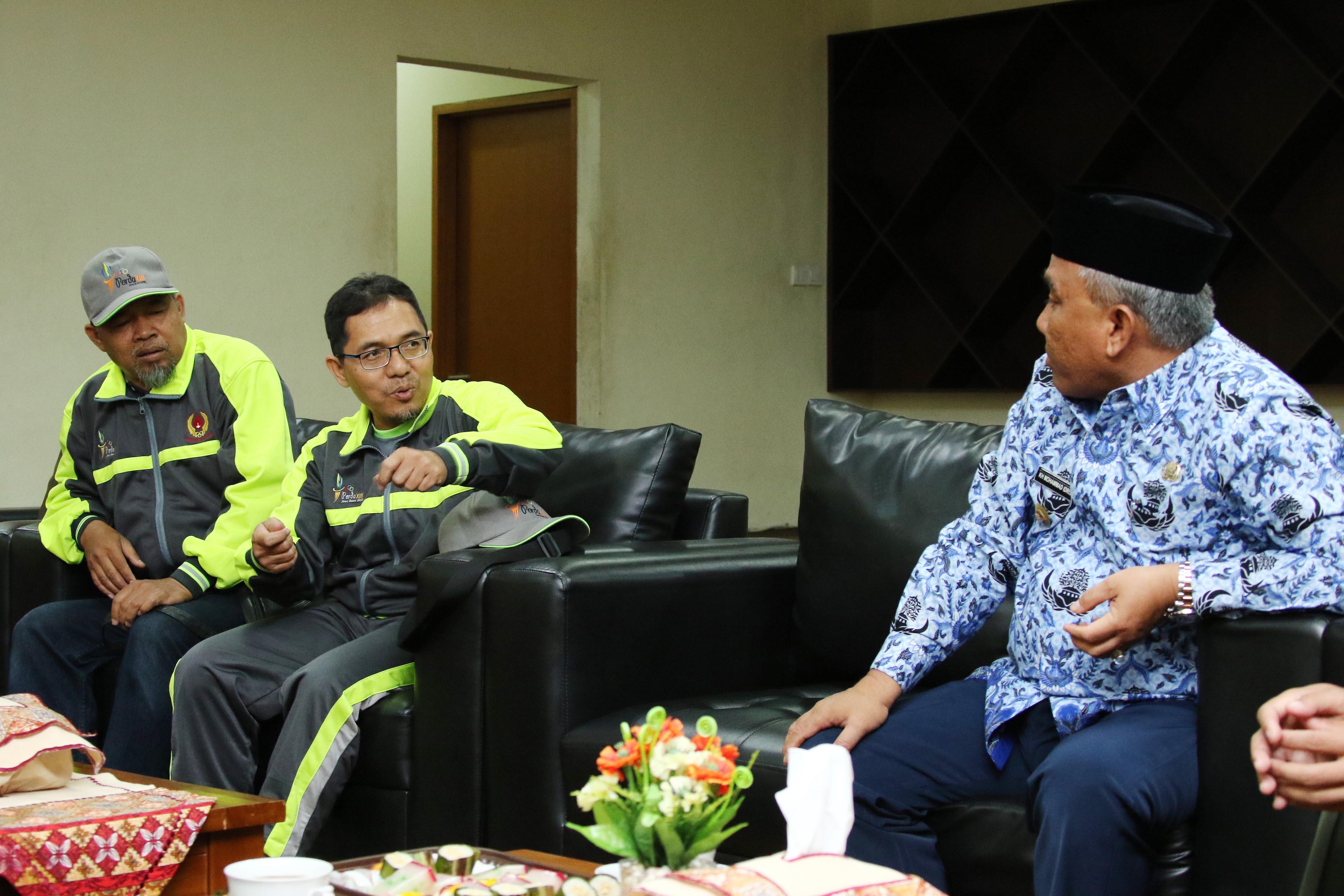 Amri Yusra (kedua dari kiri), Ketua Umum KONI Kota Depok sedang berbincang dengan Mohammad Idris (kanan), Walikota Depok sebelum pelaksanaan upacara pelepasan Kontingen Kota Depok untuk PORDA Jabar XIII-2018 di Balaikota Depok, Senin (1/10) pagi. KONI KOTA DEPOK/Faruqi/2018
