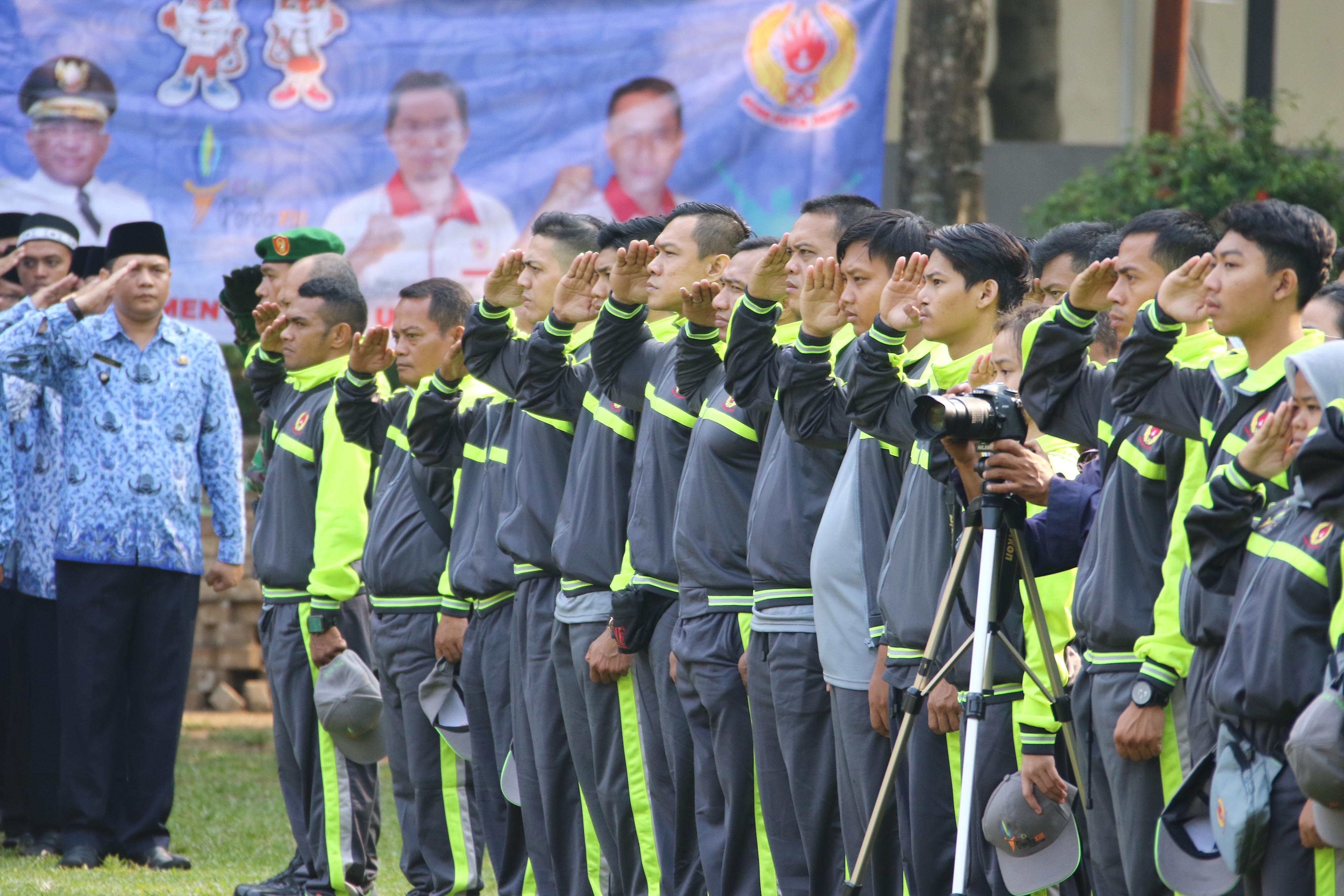 Atlet Kota Depok memberi hormat pada upacara pelepasan Kontingen Kota Depok untuk PORDA Jabar XIII-2018 di balaikota Depok, Senin (1/10) pagi. KONI KOTA DEPOK/Faruqi/2018