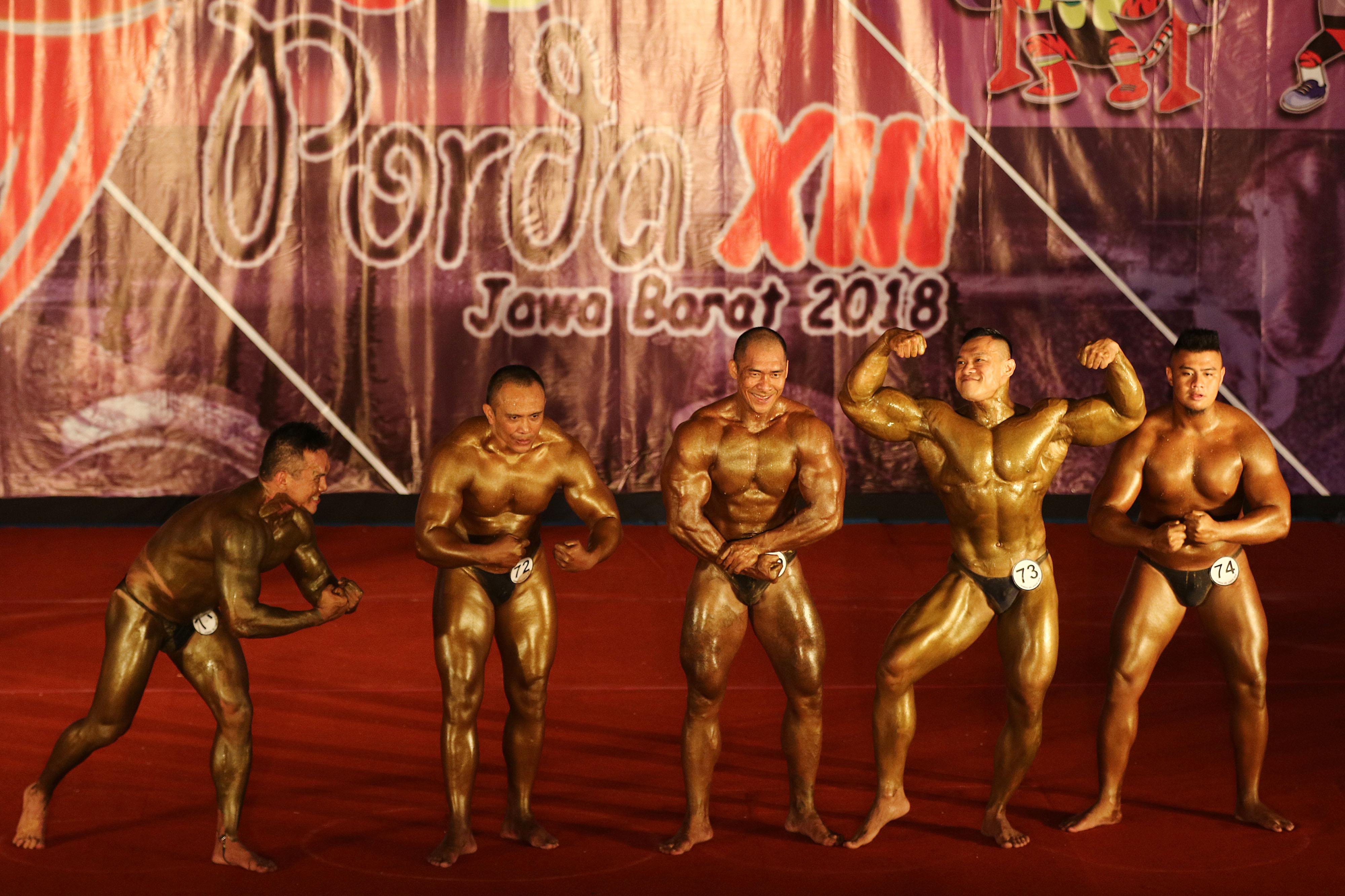 Atlet Binaraga Kota Depok, Syaf Birul (kedua dari kanan) beraksi pada babak final nomor 95+ Kg PORDA Jabar XIII-2018 di Gedung Kesenian dan Olahraga, Cibinong, Bogor, Minggu (14/10). Gatot menempati peringkat kedua dan berhak atas medali perak. KONI KOTA DEPOK/Faruqi/2018
