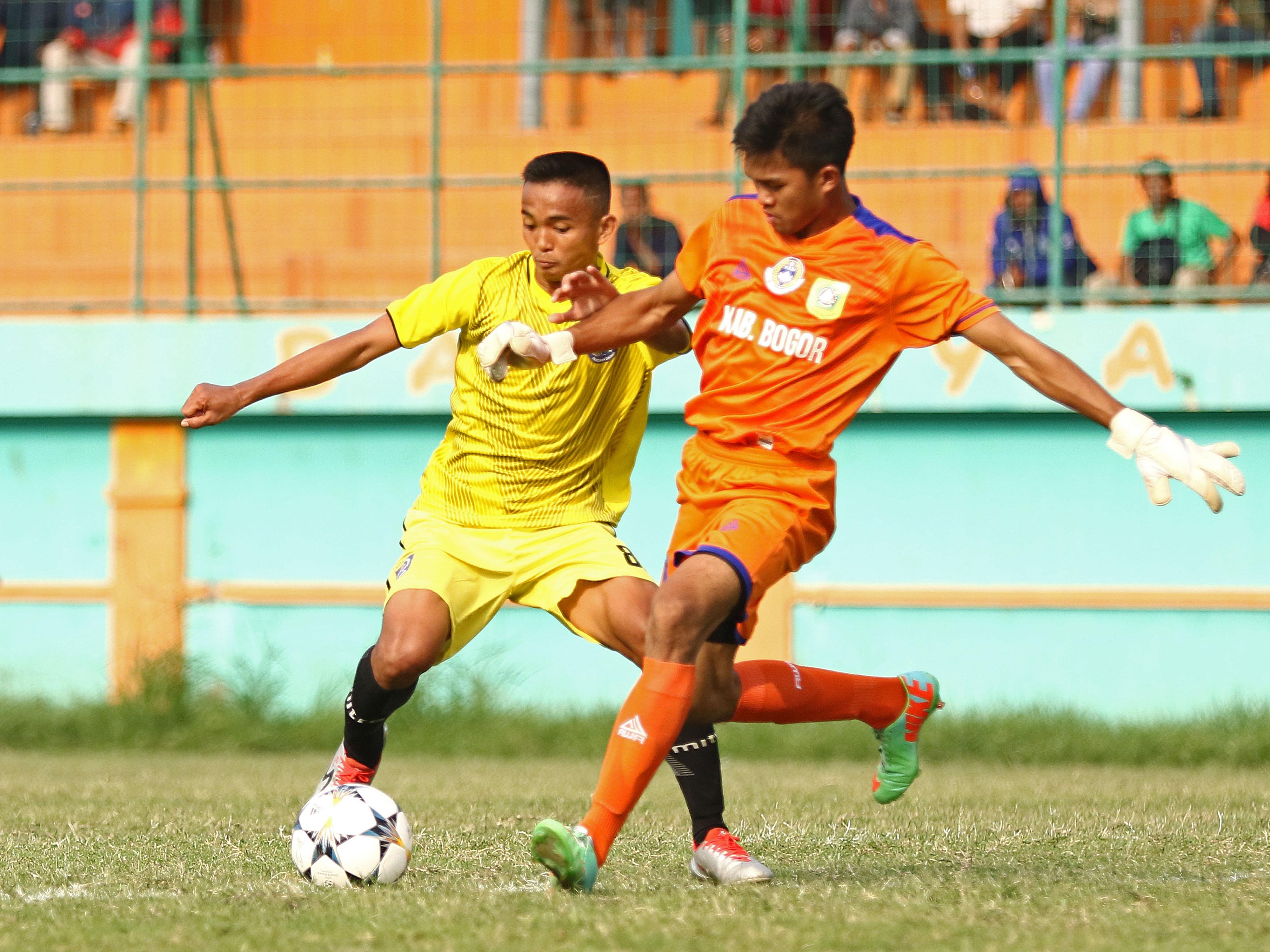 Pesepak Bola Kota Depok, Dimas Alfian (kiri) beraksi pada babak perempat final PORDA Jabar XIII-2018 melawan Kab. Bogor di Stadion Persikabo, Bogor, Selasa (9/10). KONI KOTA DEPOK/Faruqi/2018