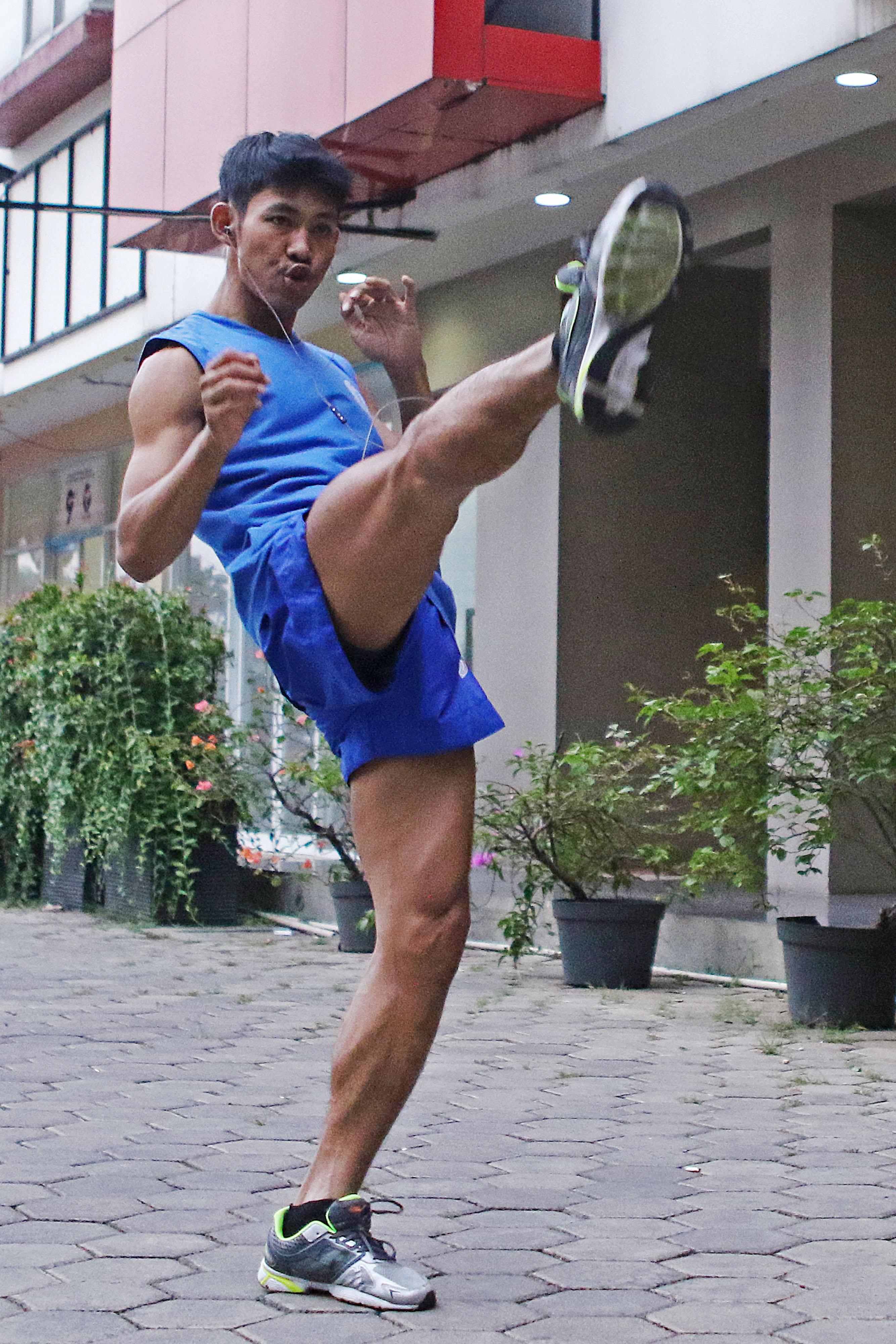 Atlet Muay Thai Kota Depok, Rian Rinaldy sedang berlatih di depan penginapan. Rian akan bertanding pada nomor 67 Kg pada Jum'at (12/10) di GOR Laga Satria Pakansari, Bogor. KONI KOTA DEPOK/Faruqi/2018