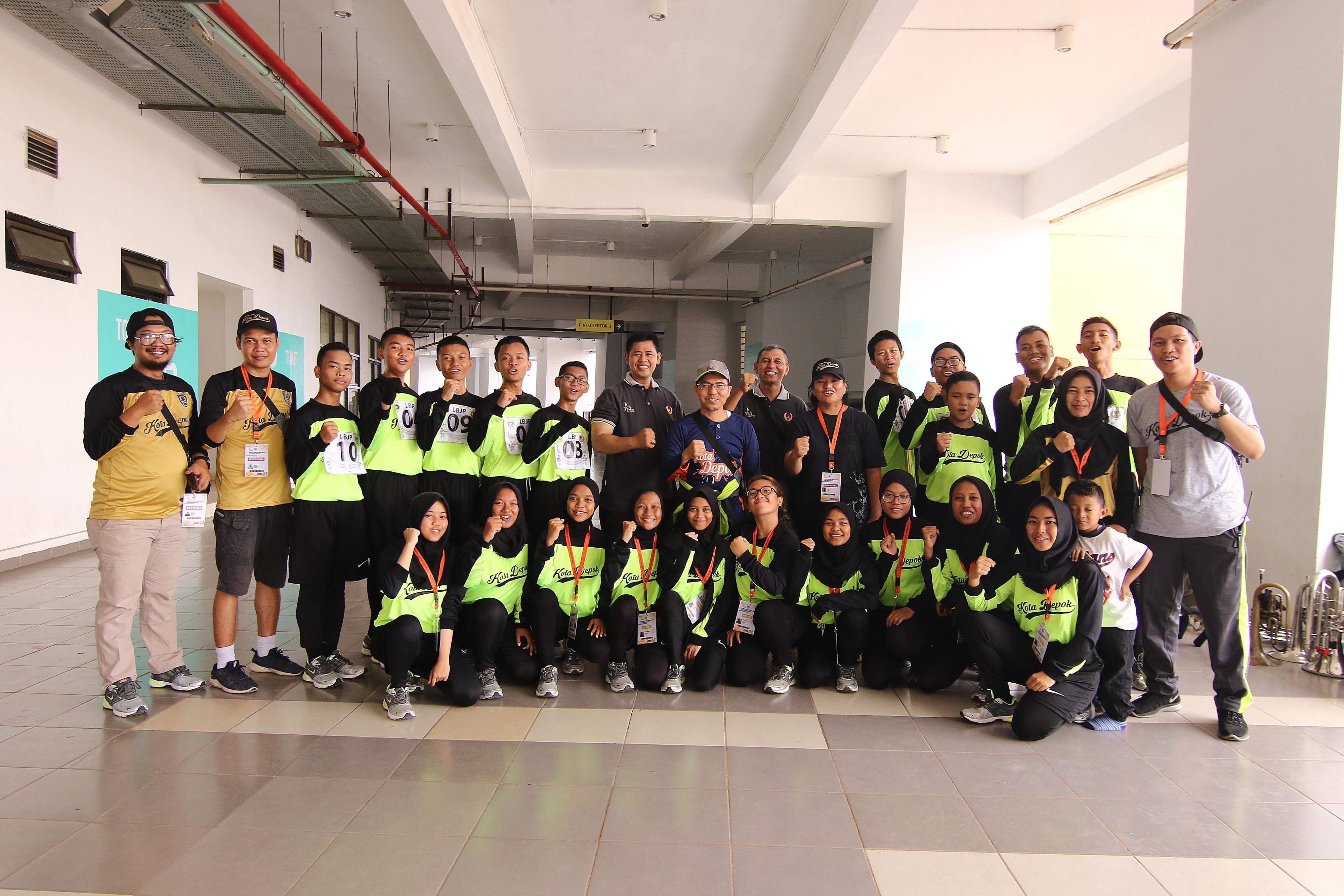 Amri Yusra (tengah-bertopi), Ketua Umum KONI Kota Depok berfoto bersama dengan atlet dan official Drum Band Kontingen Kota Depok di Stadion Pakansari, Bogor, Rabu (3/10) pagi. KONI KOTA DEPOK/Faruqi/2018