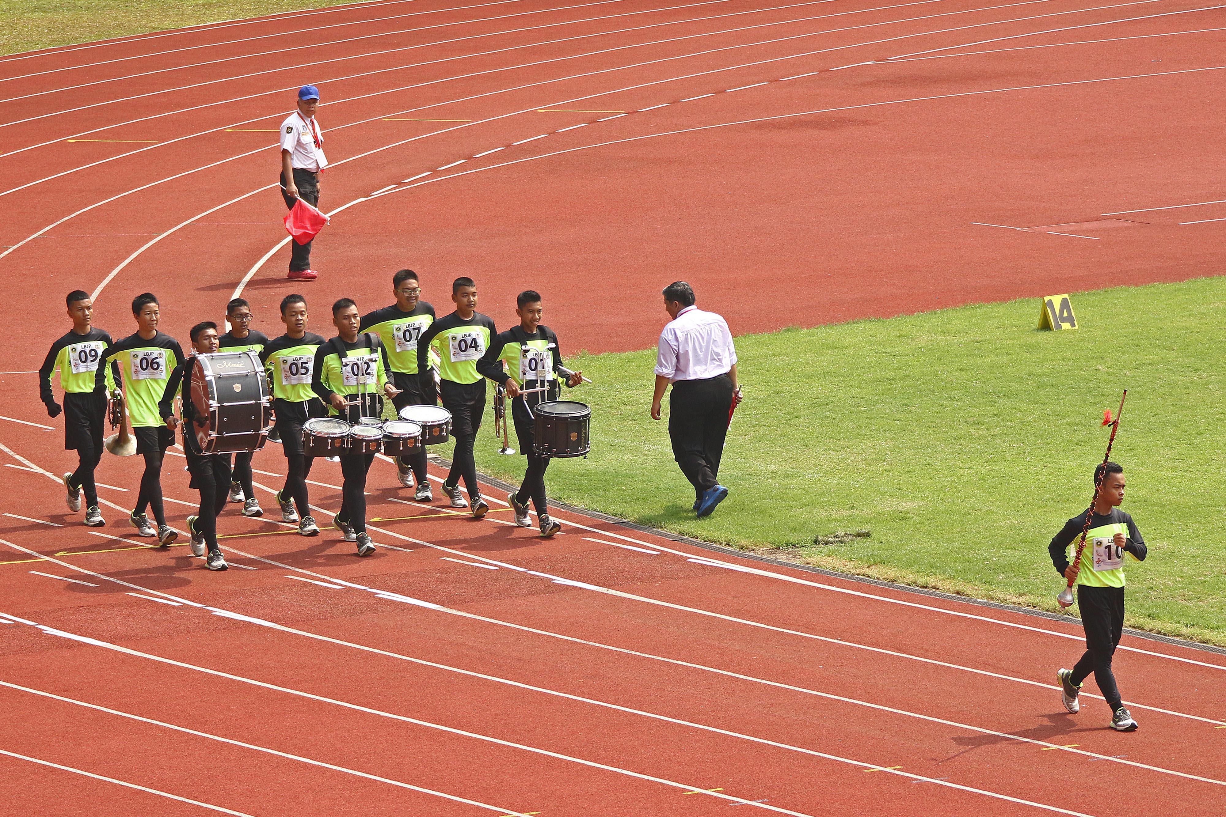 Atlet Drum Band Kota Depok beraksi pada Lomba Berbaris Jarak Pendek (LBJP) 800 m Putra PORDA JABAR XIII-2018 di Stadion Pakansari, Bogor, Rabu (3/10) pagi. KONI KOTA DEPOK/Faruqi/2018