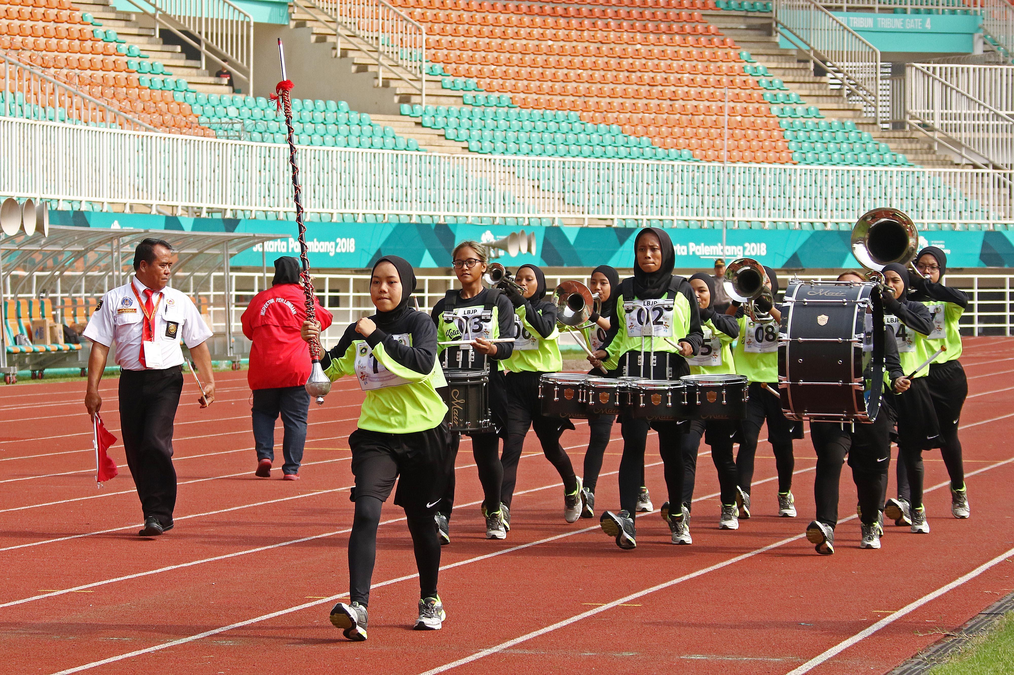 Atlet Drum Band Kota Depok beraksi pada Lomba Berbaris Jarak Pendek (LBJP) 600 m Putr PORDA JABAR XIII-2018 di Stadion Pakansari, Bogor, Rabu (3/10) pagi. KONI KOTA DEPOK/Faruqi/2018