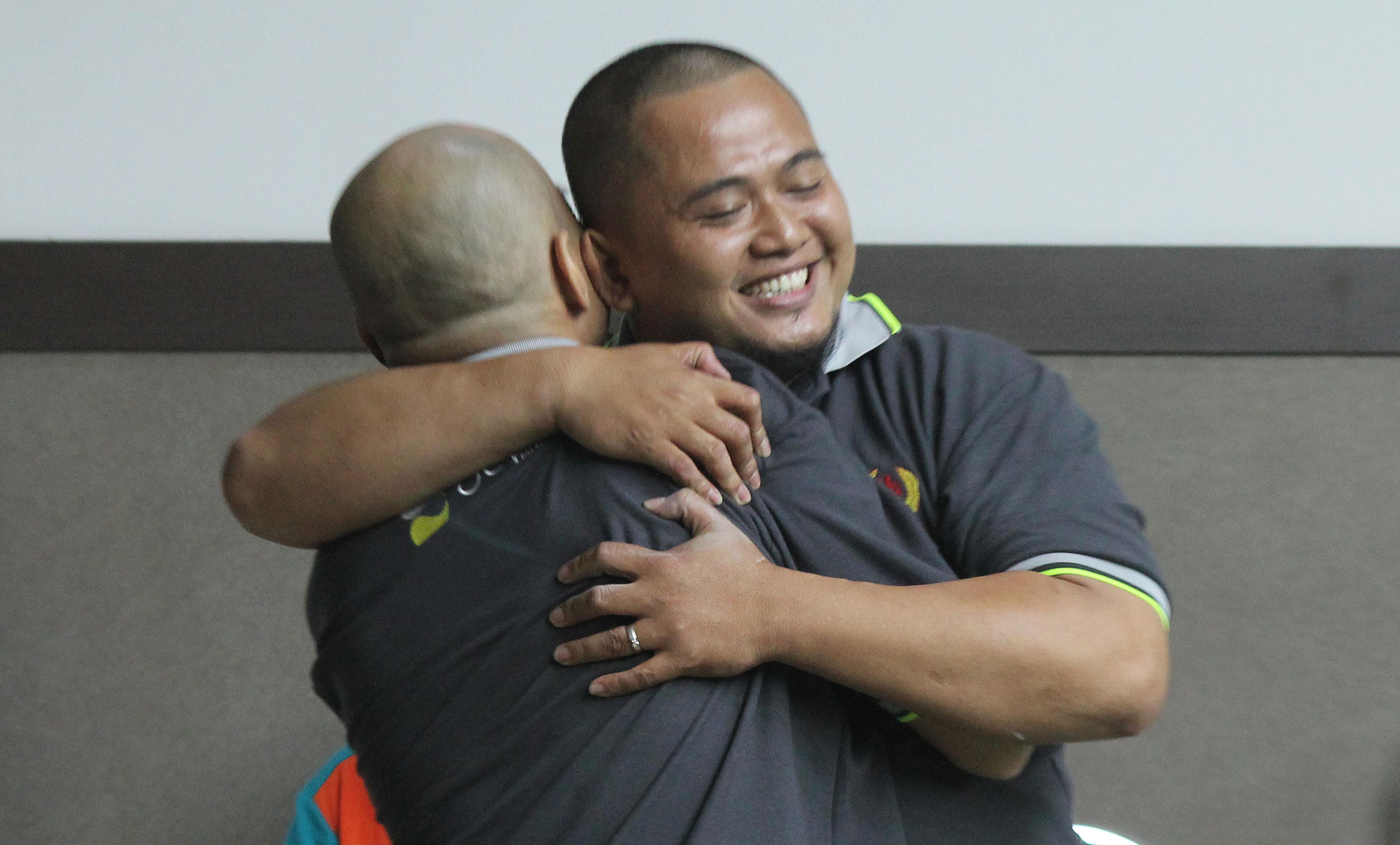 Pebilyar Kota Depok, Hendra L. Chaniago (kanan) memeluk rekan satu timnya, Afrizal (kiri) setelah menjuarai nomor Double English PORDA Jabar XIII-2018 di Darmawan Park, Sentul, Bogor, Minggu (7/10) malam. Hendra bersama Afrizal berhasil mengalahkan Dhendi-Agus dari Kab. Cirebon pada partai final. KONI KOTA DEPOK/Faruqi/2018