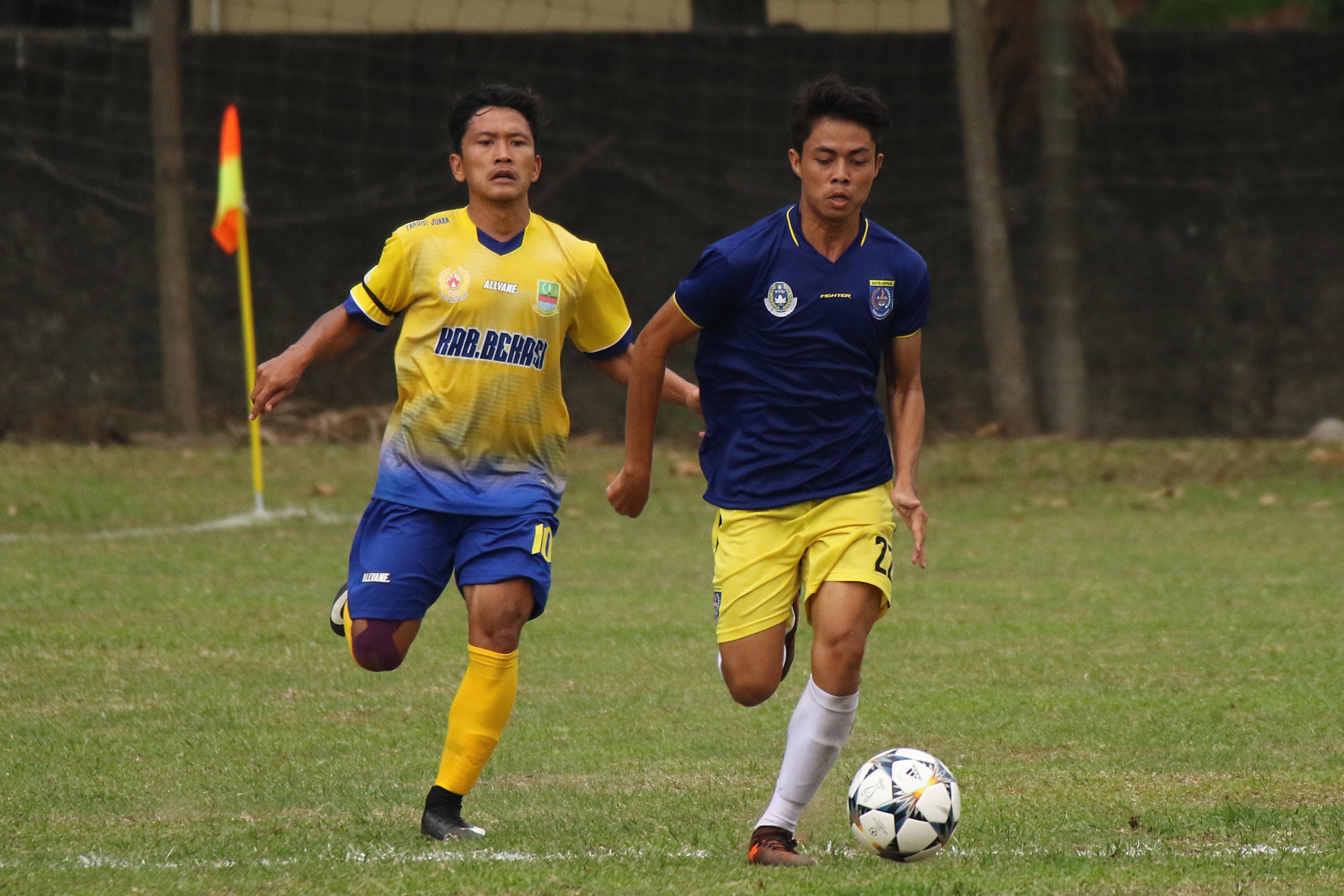 Pesepak bola Kota Depok, Novriadi (kanan) sedang beraksi dalam laga Kota Depok vs. Kab. Bekasi PORDA Jabar XIII-2018 di Lapangan Sepak Bola Brimob Kedung Halang, Bogor, Senin (1/10) sore. Kota Depok berhasil menang 3-2 melawan Kab. Bekasi. KONI KOTA DEPOK/Faruqi/2018