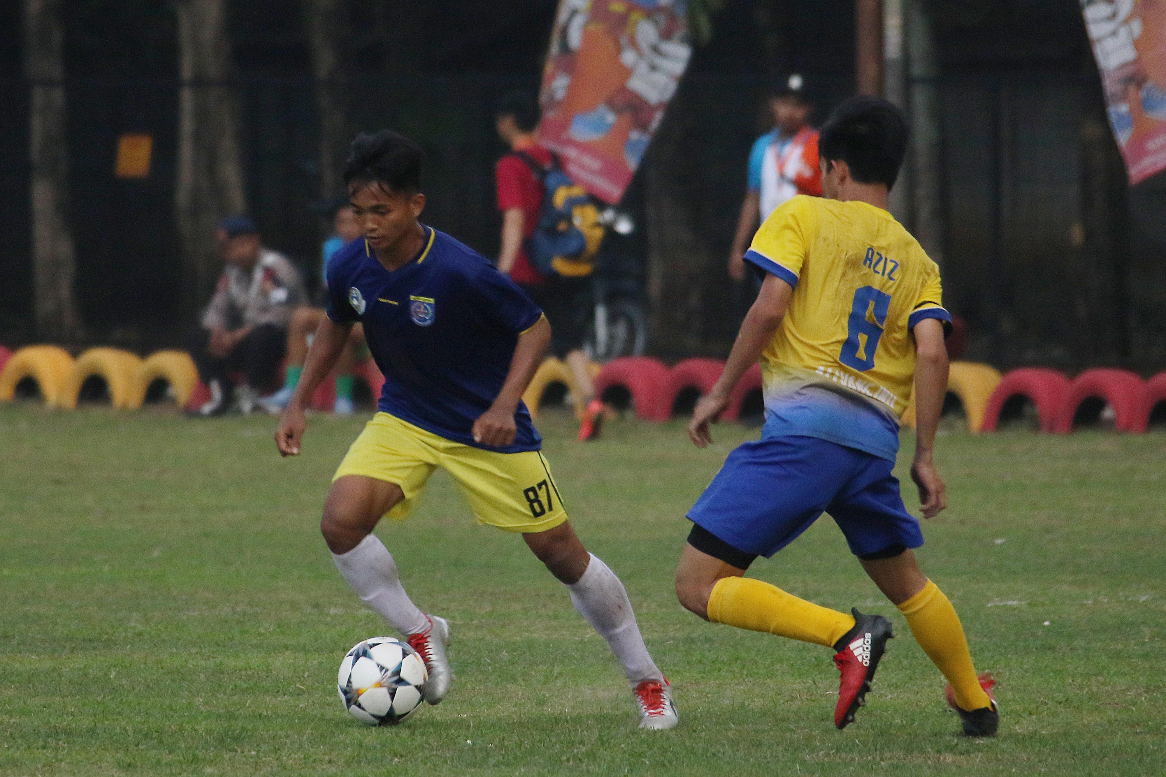 Pesepak bola Kota Depok, Dimas Alfian (kiri) sedang beraksi dalam laga Kota Depok vs. Kab. Bekasi PORDA Jabar XIII-2018 di Lapangan Sepak Bola Brimob Kedung Halang, Bogor, Senin (1/10) sore. Kota Depok berhasil menang 3-2 melawan Kab. Bekasi. KONI KOTA DEPOK/Faruqi/2018