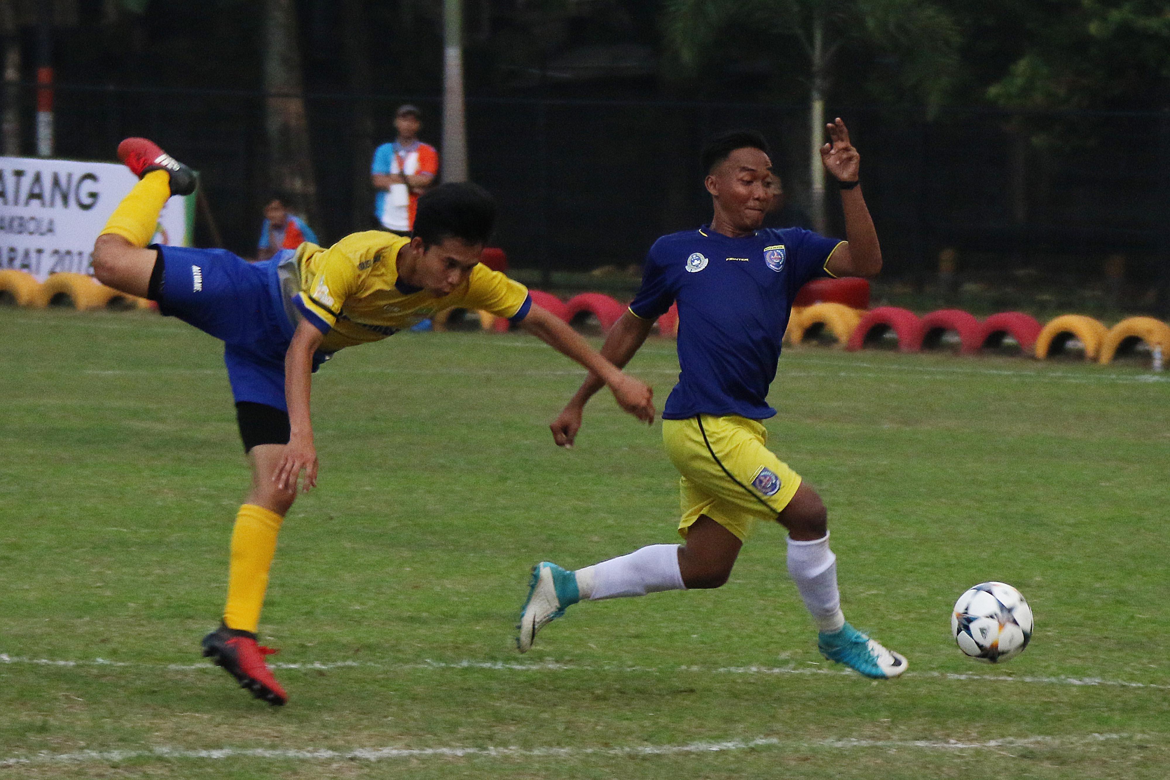 Pesepak bola Kota Depok, Haidar Fahmi Sadam (kanani) sedang beraksi dalam laga Kota Depok vs. Kab. Bekasi PORDA Jabar XIII-2018 di Lapangan Sepak Bola Brimob Kedung Halang, Bogor, Senin (1/10) sore. Kota Depok berhasil menang 3-2 melawan Kab. Bekasi. KONI KOTA DEPOK/Faruqi/2018