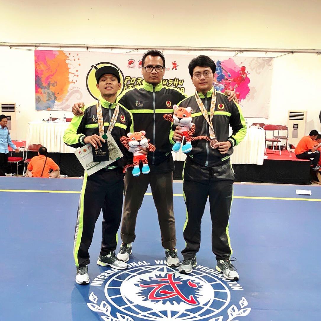 Ketua Wushu Kota Depok Mengapit dua Atlet Wushu peraih medali di Porda Jabar 2018