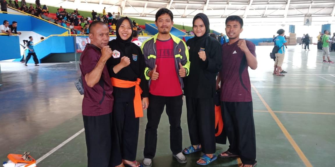 Anis foto bersama pelatih usai bertanding di Porda Jabar.