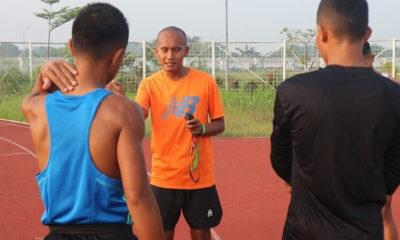 Coach Dwi sedang memberikan arahan kepada atlet agar tetap fokus