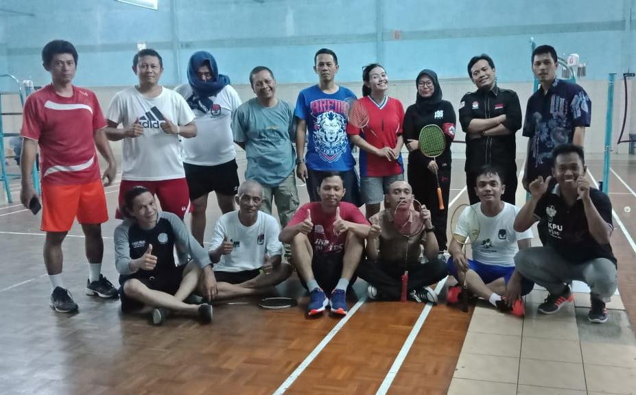 Pertandingan-Badminton-KPU-vs-Wartawan
