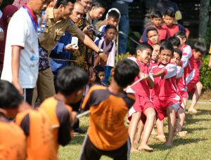 Anak-anak antusias mengikuti perlombaan tarik tambang