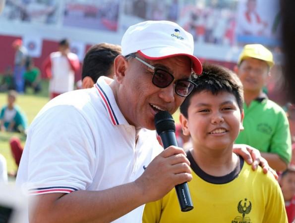 Walikota Depok bersama anak2 saat membuka pekan olahraga tradisional kota Depok
