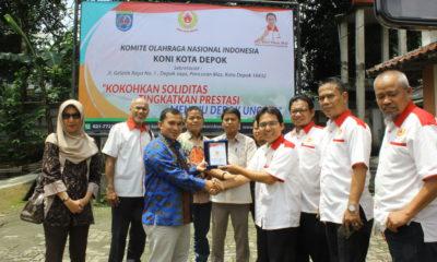 Ketua Koni Kota Depok Drs Amri Yusra, M.Si memberikan cindera mata atas kunjungan dari DPRD Kabupaten Bangka Barat (30/01/19).