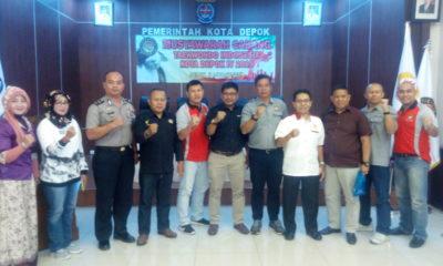 Ketua KONI kota Depok Drs. Amri Yusra, M.Si ( 4 dari kanan ) foto bersama para undangan di acara muscab ke 4 Taekwondo kota Depok.