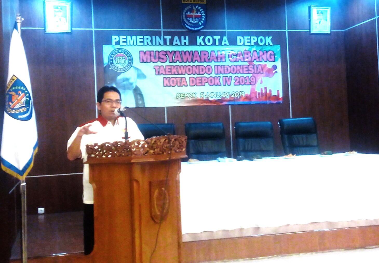 Drs. Amri Yusra, M.Si Ketua Koni Kota Depok sedang memberikan  sambutan di acara Muscab TI ke 4 di Ruang teratai gedung Walikota Depok.
