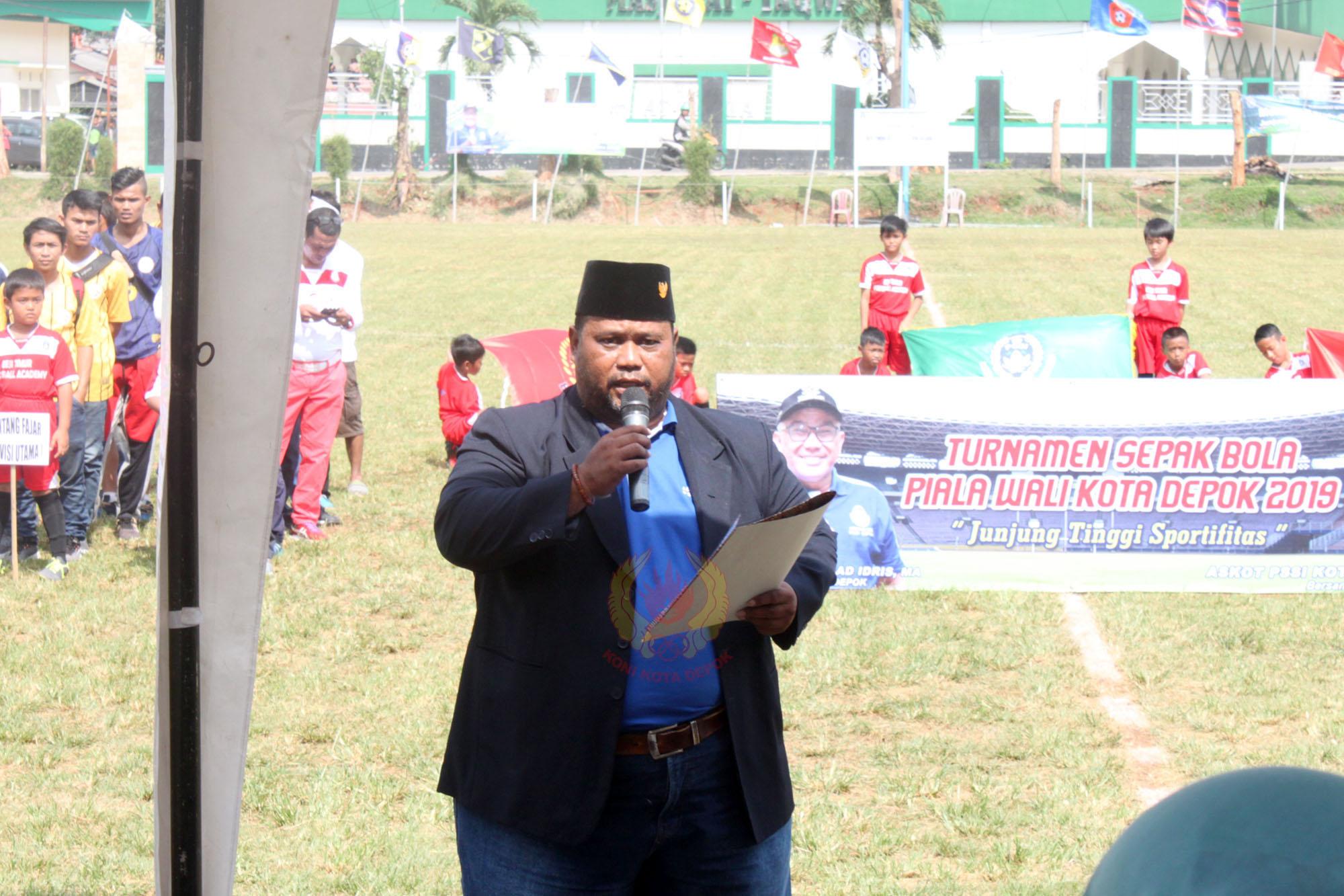 Wahyu Ramdani selaku ketua panitia Turnamen memberikan sambutan di acara turnamen sepakbola piala Walikota Depok 2019 dilapangan Hawai,Sabtu (09/02/19).