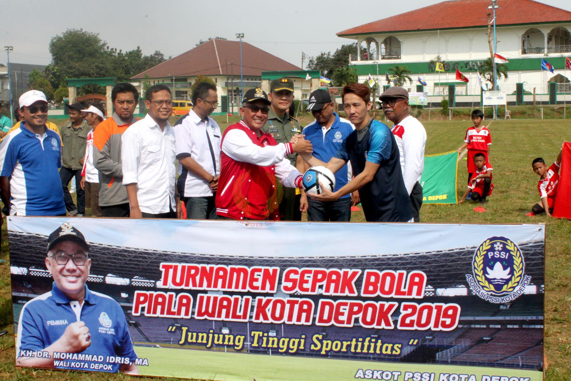 Secara simbolis Mohammad Idris membuka turnamen sepakbola piala Walikota Depok 2019 dengan menyerahkan bola kepada perwakilan panitia penyelenggara.