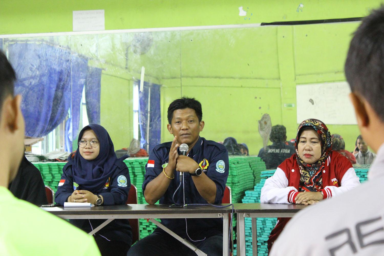 Hidayat Federasi Arum Jeram Kota Depok saat memberikan arahan di acara rekrutmen anggota baru FAJI di aula KONI Kota Depok, Sabtu (09/02/19).