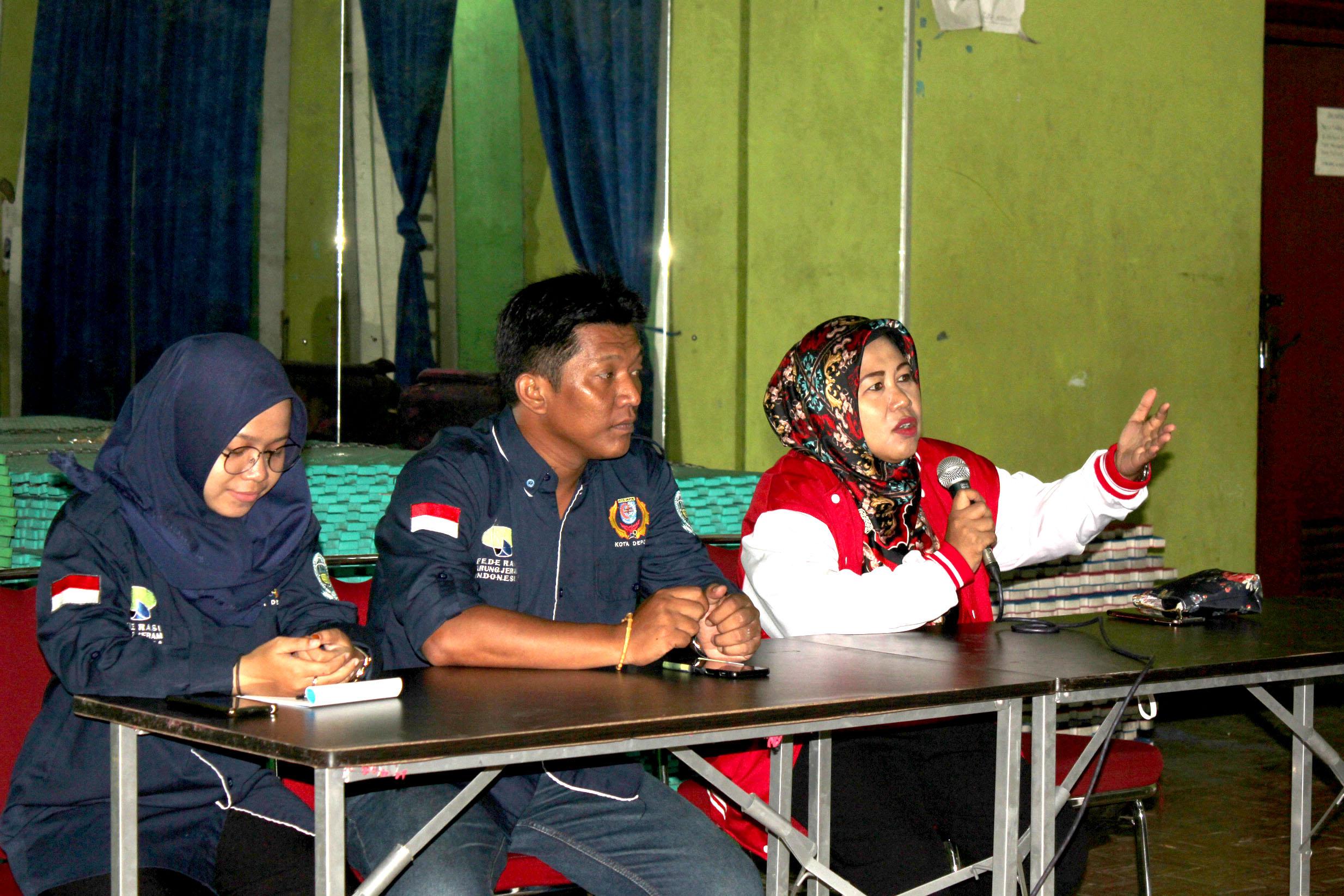 Nina Suzana, S.Sos. M.Si. Ketua Umum Federasi Arum Jeram Kota Depok memberikan motivasi kepada anggota baru di acara rekrutmen anggota baru FAJI di aula KONI Kota Depok, Sabtu (09/02/19).