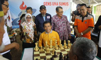 Camat Cilodong H.Mulyadi SH.,MA. bermain catur di pembukaan open turnamen catur Pion 8 Cilodong, Kota Depok Jawa barat, (02/03/19).