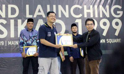 Amri Yusra perwakilan pemerintah  menerima Award  di acara grand launching persikad 1999 di depok town square sabtu (30/03/19)