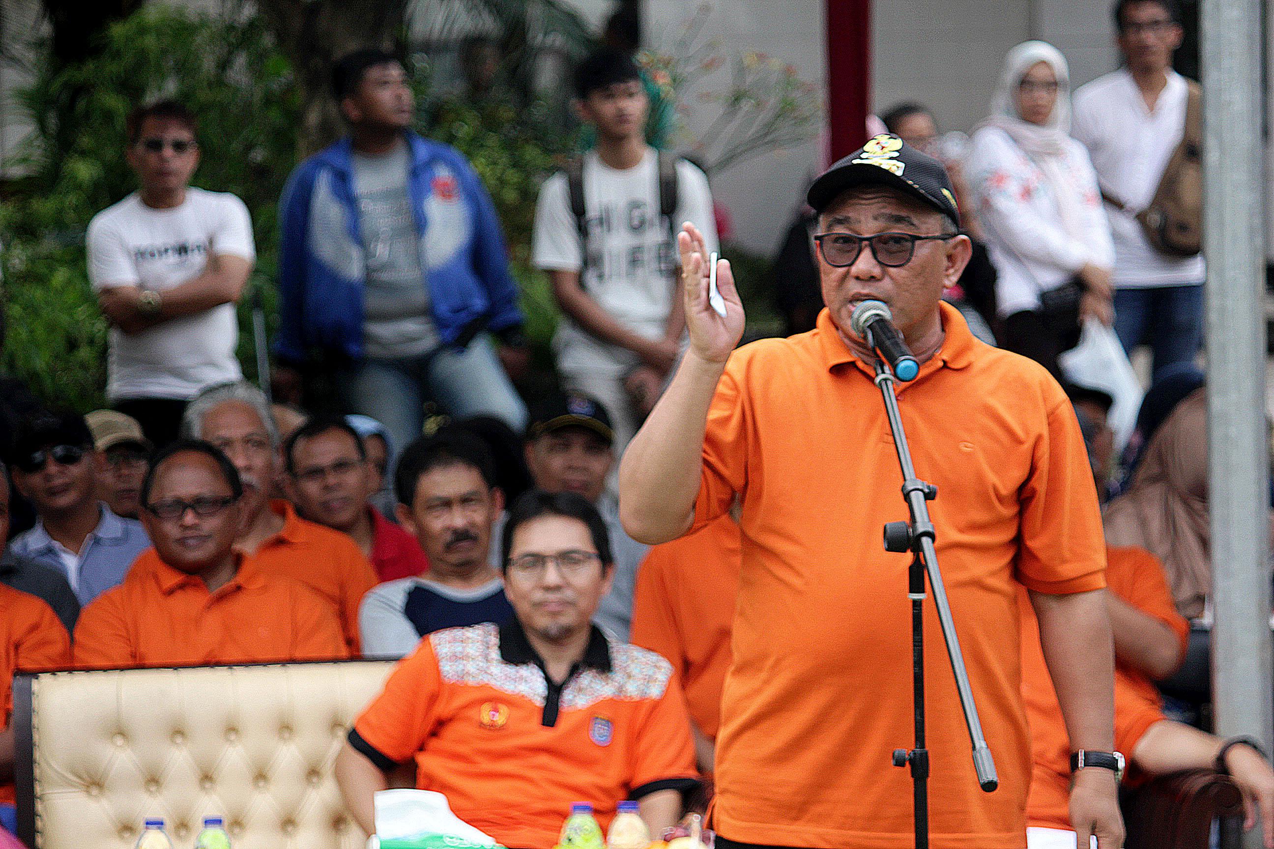 Walikota Depok Muhammad Idris memberikan sambutan di acara turnamen bola Voli Piala Walikota Depok di lapangan voli kelurahan Tapos Kota Depok, Sabtu.(17/03/19).