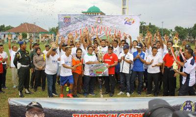 Walikota Depok bersama Ketua KONI Kota Depok dan Ketua Askot PSSI Kota Depok menyerahkan piala kepada pemenang turnamen sepakbola piala Walikota Depok di Lapangan HWY  Minggu,(17/03/19).