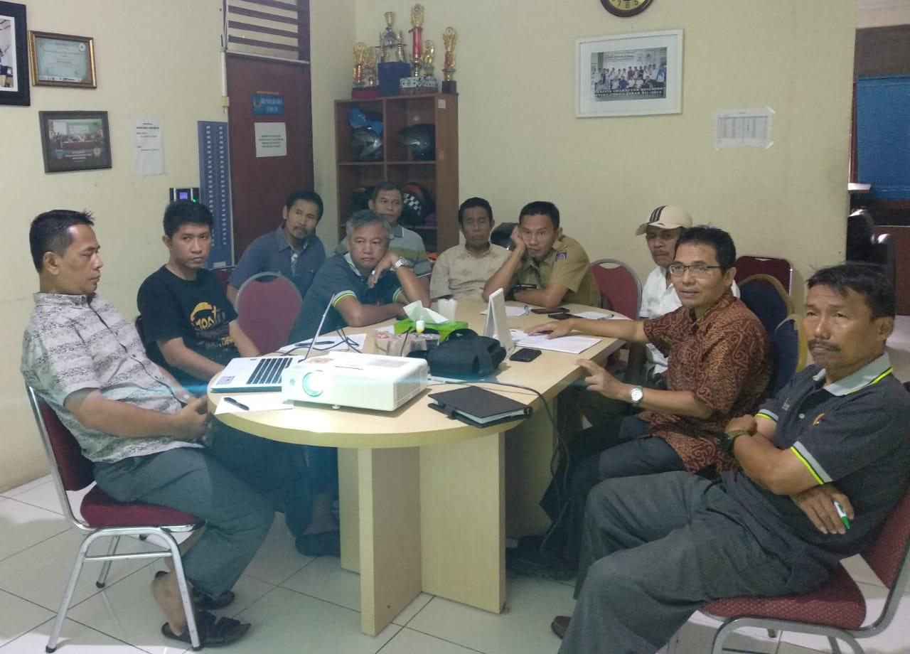 Ketua KONI Kota Depok Drs Amri Yusra, M.Si saat memimpin rapat Binpres di Kantor KONI Kota Depok, Selasa (07/08/19).